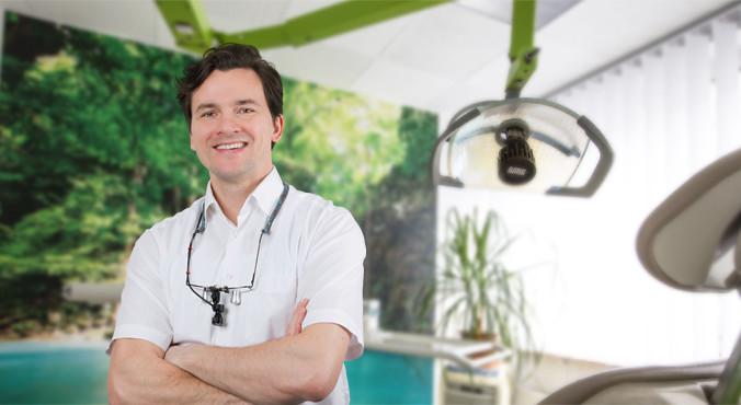 Zahnarzt Martin Kretschmar empfängt Sie im Behandlungszimmer