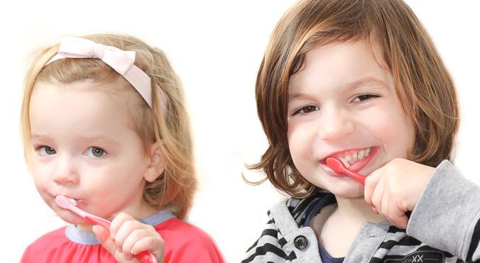 Kinder und Jugendliche mit Freude am Zähneputzen